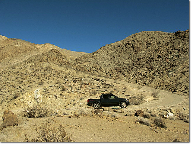 Nissan Frontier в Долине Смерти Death Valley на дороге Lippincott Pass