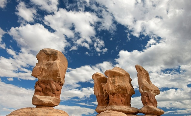 Четыре Мудреца (Four Wise Men) или тролли (trolls) - Сад Дьявола (Devils Garden) в Arches National Park в штате Utah