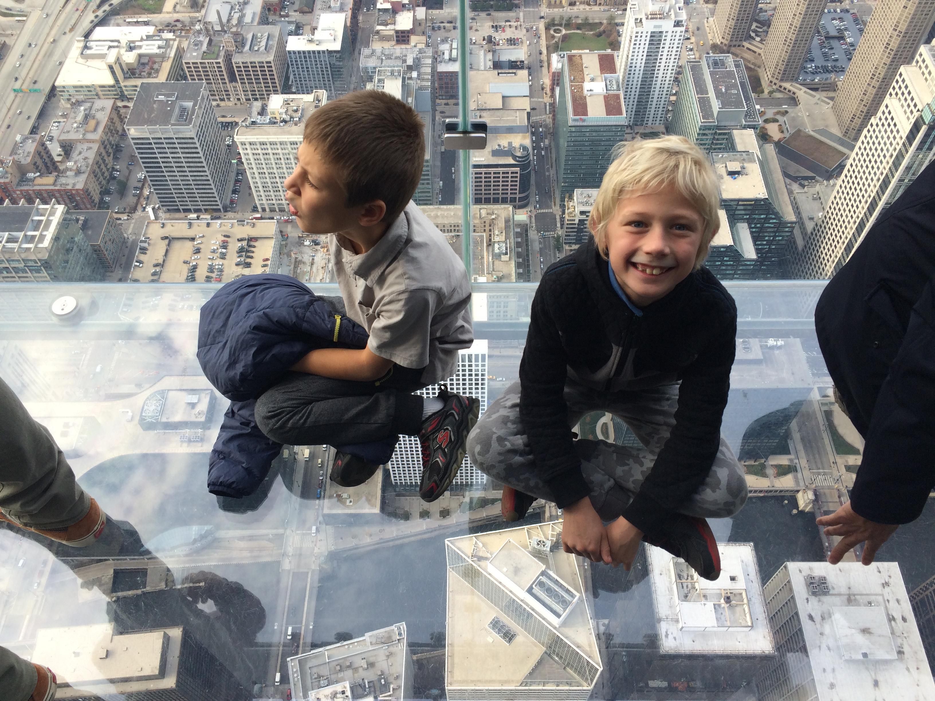 Skydeck Chicago – смотровая площадка из стекла на небоскребе Willis (ранее Sears) Tower в Чикаго