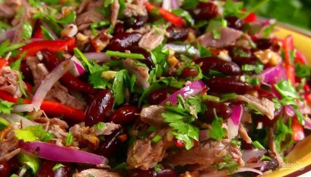 Грузинский салат Тбилиси с мясом, фасолью, луком и перцем